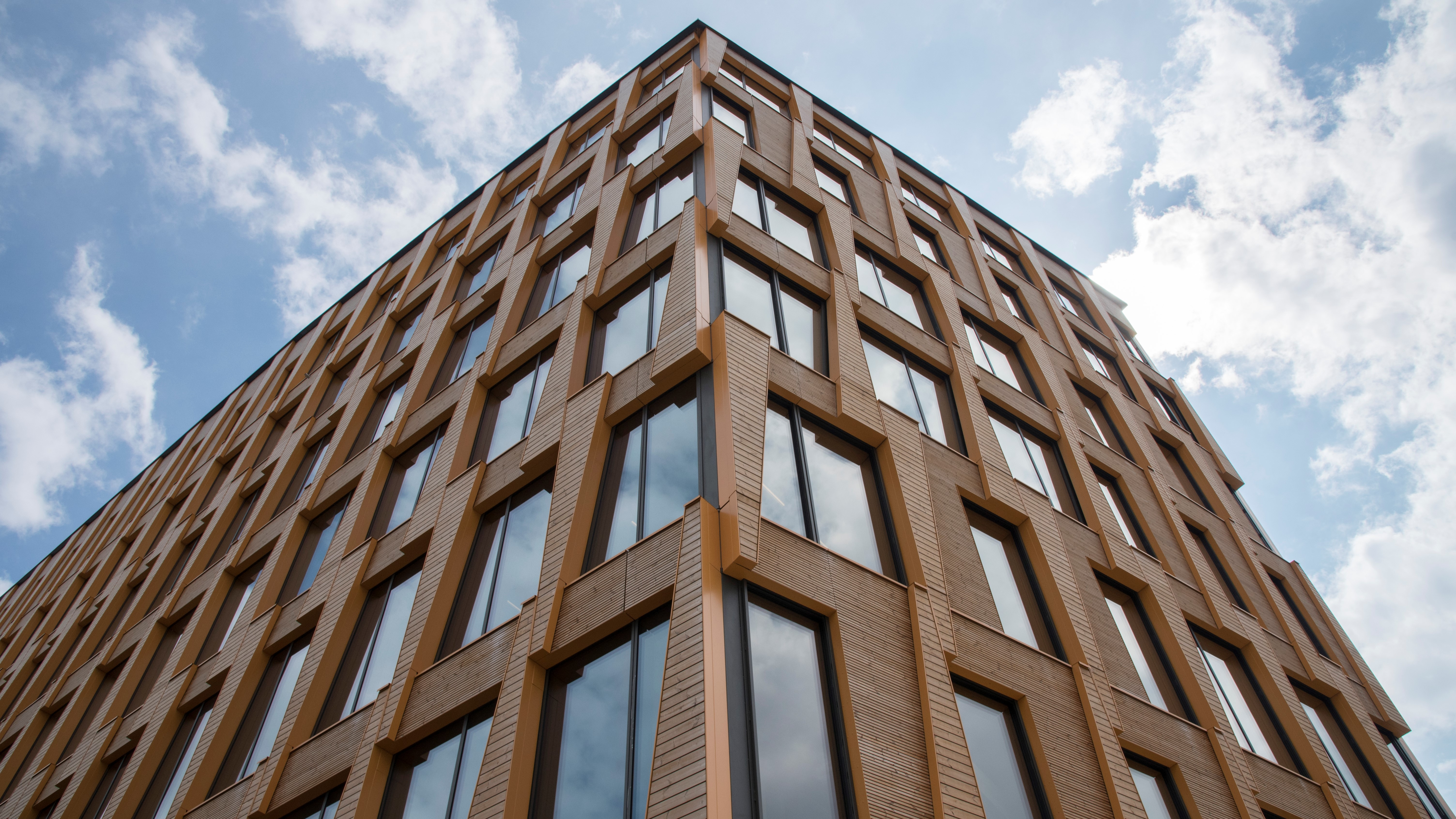 Why unitized element facades of aluminium work well on wooden buildings